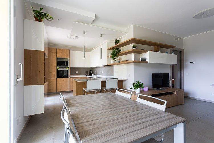 Arredamento per cucina e soggiorno in continuità estetica a Lecco, Como, Monza, Milano e Sondrio