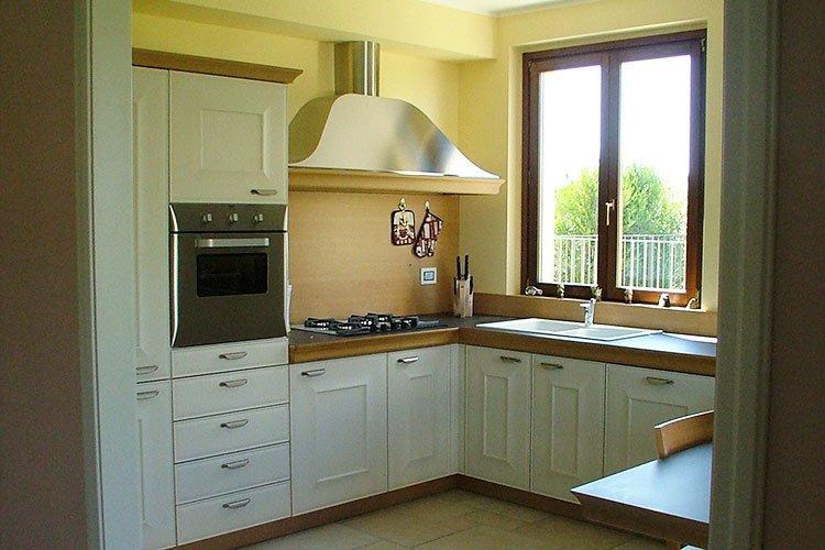 Cucina angolare con cappa a vista a Lecco, Como, Monza, Milano e Sondrio
