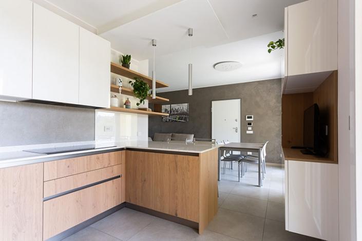 Cucina con penisola e piano in Silestone a Lecco, Como, Monza, Milano e Sondrio