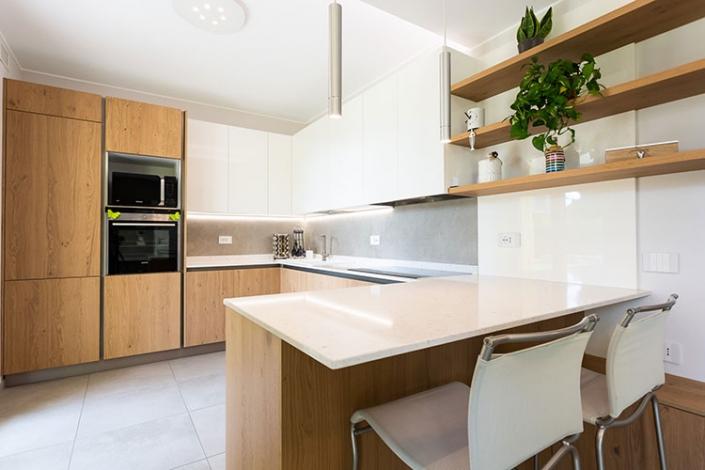Cucina in legno di rovere e bianco laccato lucido a Lecco, Como, Monza, Milano e Sondrio