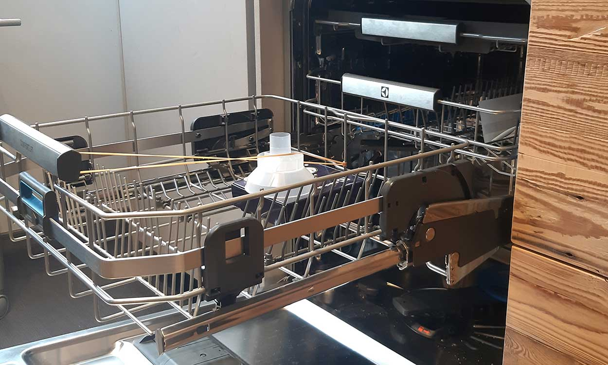 Cucina lineare su misura con lavastoviglie Electrolux con comfort lift che permette di alzare il cestello inferiore