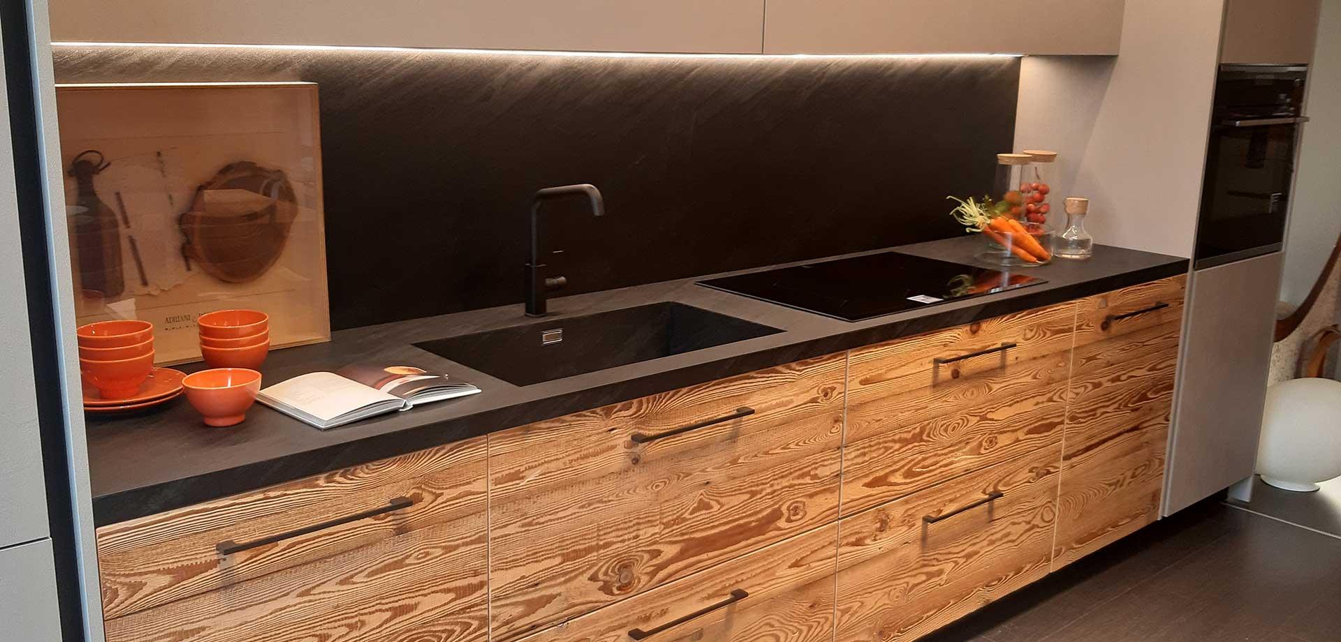 Cucina su misura con top con lavello integrato e schienale in HPL effetto ardesia a Lecco, Como, Monza Brianza e Milano