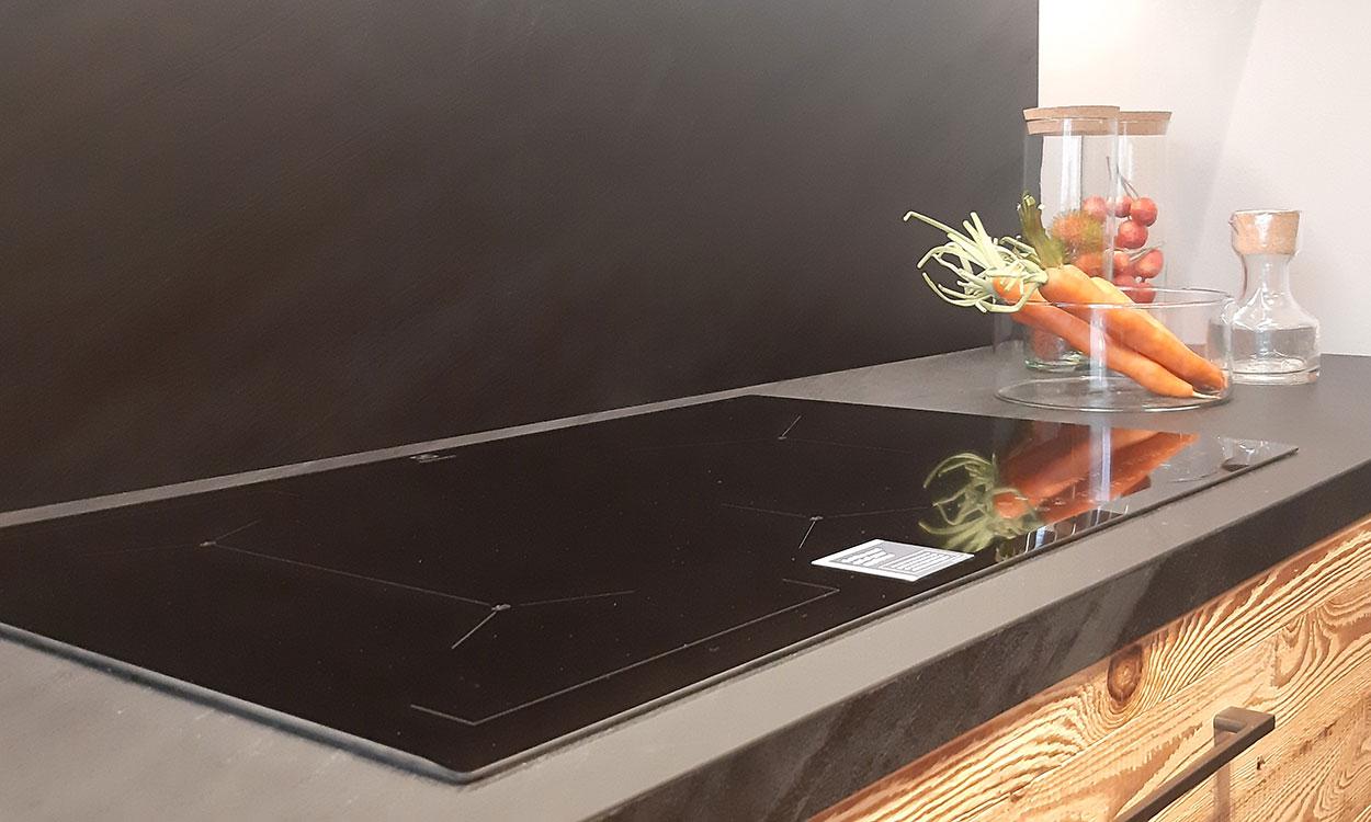 Cucina su misura in legno con piano cottura Electrolux con funzione sense boile a Lecco, Como, Monza Brianza e Milano