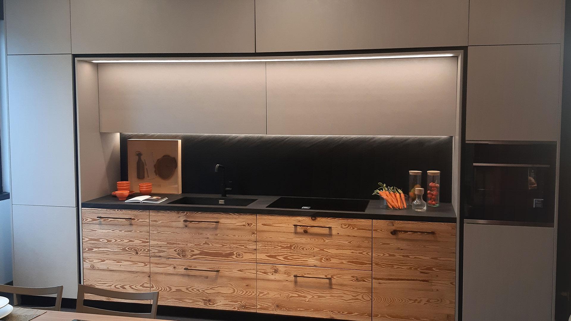 Cucina lineare su misura in legno vecchio di larice e laminato effetto calce by Conti Interior Design